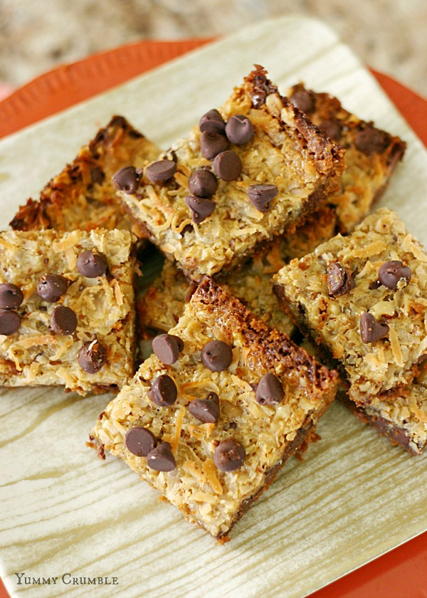 biscoff magic cookie bars with a biscoff cookie crust, biscoff condensed milk, chocolate chipc, walnuts and coconut - www.yummycrumble.com