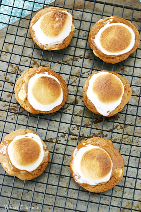 Caramel white hot chocolate cookies with toasted marshmallow and gooey salted caramel - www.yummycrumble.com